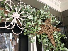 Ways To Decorate Your Front Door - The Shabby Tree Porch Garland, Diy Garland, Autumn Decorating, Porch Decorating, Fall Decor, Decorating Ideas, Burlap Crafts, Diy Crafts, Wreath Crafts