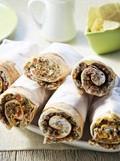 Arabic pie rolls with yogurt and minced meat - New Pin Greek Recipes, Meat Recipes, Cooking Recipes, Healthy Recipes, Recipies, Food To Go, Food And Drink, The Kitchen Food Network, Minced Meat Recipe