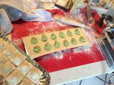 Ravioli di pasta fresca ripieni di ricotta e asparagi fatti con Imperia e Raviolamp.