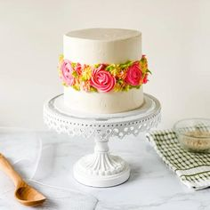 Learn how to make this spring flower cake that is perfect when learning a new skill. This spring flower cake is perfect for newbies and home bakers who want to bring a little springtime into their. Pretty Cakes, Beautiful Cakes, Amazing Cakes, Cake Decorating Techniques, Cake Decorating Tips, Easy Margarita Recipe, Margarita Recipes, Spring Cake, Rose Cake