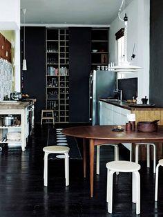 黒地に白い家具が映える、ネガポジ反転キッチン