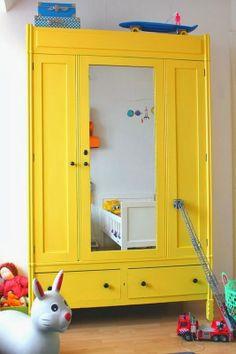 sárga szekrény