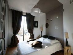 Tête de lit peinturé jusqu'au plafond
