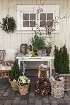 25 Amazing Winter Porch Decor Ideas that will Impress You Always aspired to figure out how to knit, nonetheless uncertain where to begin? This Complete Beginner Knitting String i. Shabby Chic Terrasse, Shabby Chic Patio, Wood Window Boxes, Window Planter Boxes, Pine Cone Decorations, Christmas Decorations, Winter Porch, Wood Barn Door, Barn Door Designs