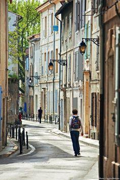 Ambiance soleil et volets colorés dans les rues d'Arles ! #detoursenfrance #suddelafrance #provence #soleil #ete #arles