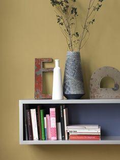 Her er redaktionens farve-favoritter Melamine, Bookcase, Shelves, Home Decor, Change, Colour, Colored Glass Vases, Glass Vase, Pottery Vase