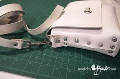 No-Sew Perfect Little Purse with free Pattern in Leather or Felt using rivets for assembly Leather Clutch Bags, Leather Purses, Leather Handbags, Leather Totes, Leather Bag Tutorial, Leather Bag Pattern, Leather Diy Crafts, Leather Projects, Handmade Leather