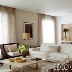 Destacando o uso de mármore no décor e tons neutros, apartamento assinado pela arquiteta Deborah Roig compreende ambientes sociais integrados a partir de uma arquitetura leve e sem divisões para o conforto da família e seus convidados.
