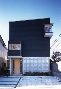 ガラスブロック。窓でもない壁でもないこの不思議な建材、実は耐熱性や耐震性に優れているんです。