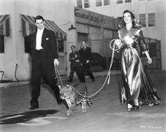 Katherine Hepburn y Cary Grant en el set de Bringing up baby ( La fiera de mi niña) de Howard Hawks, 1938. El vestuario es de Howard Greer. En la lista de las cien mejores películas confeccionada por el American Film Institute en 1997 ocupó el puesto 96.