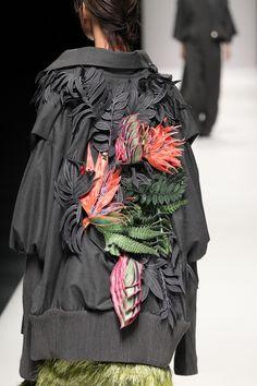 """Mỗi thiết kế như một tác phẩm nghệ thuật, những vườn hoa di động tỏa sắc sau lưng từng người mẫu... quả thực, NTK Công Trí chính là """"người anh cả"""" của làng mốt Việt!"""