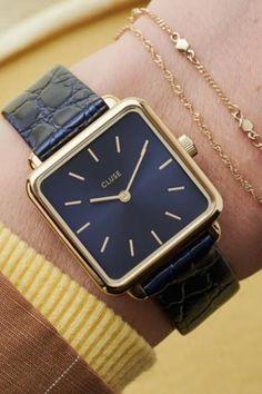 De CLUSE La Tétragone is een uniek vierkant horloge met 28,5 mm kast.   #cluse #clusewatch #clusehorloge #dameshorloge #horlogedames #juwelierbosmans #aalst #fashion #uurwerk #horloge #vierkant #vierkanthorloge #afgerond #dames #accessoires #juwelen #elegant #minimalistisch #stijlvol #eenvoud #minimalisme #eigentijds #stoer #statement #vrouwelijk #blikvanger #look #uitstraling #horlogeband #afneembaar #verwisselbaar #kwaliteit Square Watch, Apple Watch, Watches, Luxury, Gold, Leather, Blue, Accessories, Women