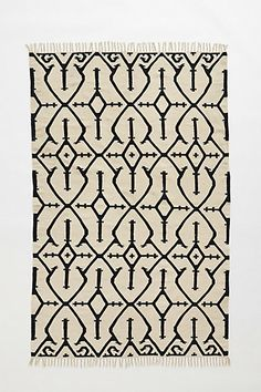 Beautiful pattern on this simple ivory rug with black design