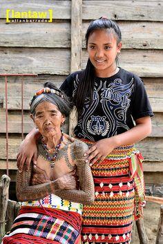 Whand Od and her grand daughter Gelles who inherited the Art of Batok (Tattoo) of Kalinga, Philippines Filipino Art, Filipino Culture, Cultura Filipina, Filipino Tribal Tattoos, Polynesian Tattoos, Filipino Fashion, Tattoo Son, Native Tattoos, Philippines Culture