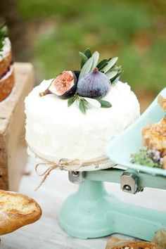 Fig & leaf topped cake  Photography by Naomi Kenton Photography / naomikenton.co.uk