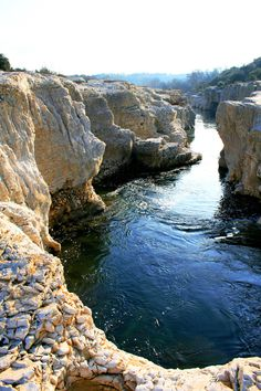 En dan van de rotsen springen of duiken en tussen de grote vissen zwemmen.Roque sur Ceze, France