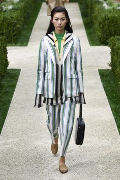 Tory Burch Spring 2019 Ready-to-Wear Fashion Show Collection: See the complete Tory Burch Spring 2019 Ready-to-Wear collection. Look 37 Catwalk Fashion, Vogue Fashion, Fashion 2017, Spring Fashion, Fashion Trends, Tory Burch, Couture Usa, Fashion Deals, Spring Trends