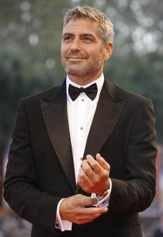 There's something about George Clooney fiddling with his cufflinks that makes me go crazy!