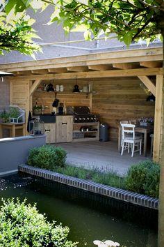 De tuin gaat steeds meer lijken op een woonkamer. Met een karpet, een loungebank en een schermerlamp. Maar