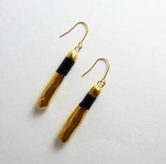 Ceramic earrings, black with gold. Boucles d'oreilles céramique, noir avec or. de la boutique Tanaart sur Etsy