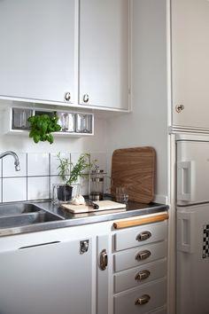 grey vintage kitchen cabinets | Stylist: Thomas Lingsell. Photo: Linda Romppola | Fantastik Frank