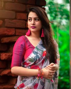 Beauty Full Girl, Women's Beauty, India Beauty, Beauty Women, Indian Photoshoot, Saree Photoshoot, Saree Wearing Styles, Floral Print Sarees, Indian Actress Hot Pics