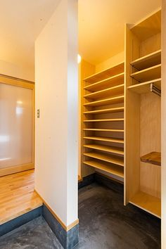 玄関シューズクローク棚_コート掛け Japanese Home Design, Japanese Style House, Japanese Interior, Dream Home Design, House Design, Shoe Organizer Entryway, Bedroom Minimalist, Japanese Bedroom, Home Office