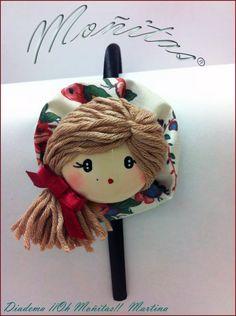 Diadema de niña carita de muñeca. Hair Ribbons, Diy Hair Bows, Diy Bow, Diy Ribbon, Ribbon Crafts, Felt Crafts, Fabric Flower Headbands, Felt Headband, Baby Headbands