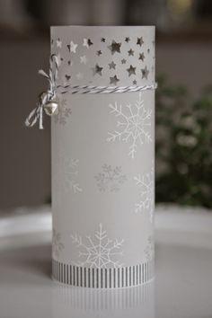 Sternenkonfetti... Weißes Pergament - ein rechteckiges Stück zurecht schneiden, rollen und seitlich verkleben