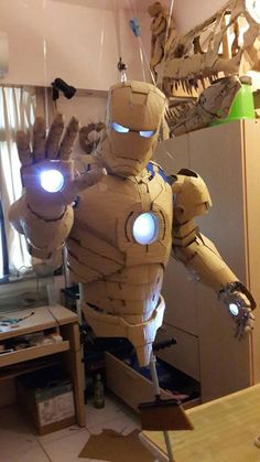 cardboard artist and Taiwanese student Kai-Xiang Xhong recreates Tony Stark's Iron Man suit using only corrugated cardboard. Iron Men, Cardboard Sculpture, Cardboard Crafts, Cardboard Costume, Super Anime, Iron Man Suit, Cosplay Diy, 3d Prints, Recycled Art