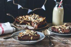 Dieser super leckere Chocolate Cake kommt komplett ohne Backen, Gluten und herkömmlichen Zucker aus – superb!