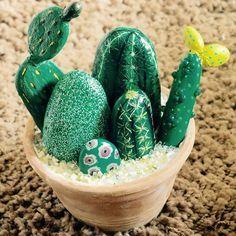 Painting Cactus Rocks Art New Ideas Decoration Cactus, Cactus Craft, Diy Decoration, Painted Rock Cactus, Painted Rocks Kids, Painted Stones, Rock Painting Ideas Easy, Rock Painting Designs, Stone Cactus