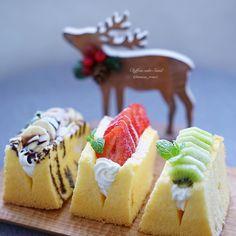 2015 . 11 . 24 . . . Chiffon cake Sand シフォンケーキサンド . . おはようございます . クリスマスまで 後1ヶ月だなんて . 早い. . . 今年 お仲間入りしたトナカイさん . ちょっと寂しかったので 首に . 松ぼっくりや赤い実付けてみました . ケーキは シフォンケーキ焼いたら . 作ってみたいと思ってた . シフォンケーキサンド . 可愛い華やかだから . クリスマスパーティーにもいいねー . . . . by maca_ron5