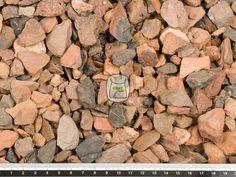 Rode Mijnsteen split is een siersplit en een van de oudste en meest populaire soorten siersplit. Rode Mijnsteen split wordt ook wel gebrande lijsteen genoemd. Matig hard en prima geschikt voor gebruik in de tuin. Siersplit wordt gewonnen in groeves en daaraan dankt het zijn hoekige vormen. Hierdoor zal siersplit ook minder verrollen dan grind in uw grind oprit of grindpad.