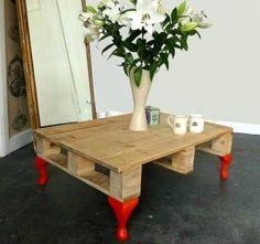 Table basse palette avec pieds colorés
