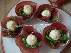 La bresaola è uno dei salumi che piu' preferisco, specie in estate. Ecco uno stuzzichino goloso: le roselline di bresaola dal cuore morbido!