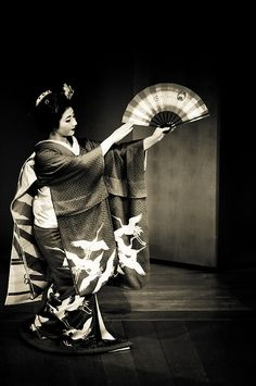 Maiko 舞妓  I love how the cranes appear to be flying as if they're following her fan.