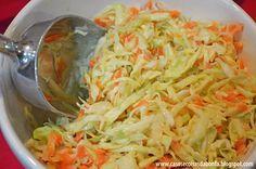 salada coleslaw: salada de repolho e cenoura com um molho delicioso