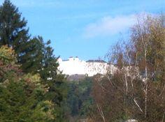 Die Festung Hohensalzburg, verdeckt von verfärbten Bäumen, ist gerade jetzt im Herbst ein Besuchermagnet. Fast eine Million Menschen pro Jahr besuchen das Wahrzeichen der Stadt. #RG