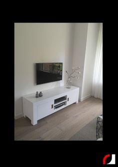 Wederom een woonkamer onder handen genomen: Crème witte sidetable, tv-meubel en vitrinekast spierwit gespoten! Helaas geen 'voor' foto's, maar wel foto's van het resultaat. #Spuiterij #Meubelspuiterij #interieurspuiterij #Kerkrade #Limburg #Parkstad #Heuvelland #Renoveren #kasten #meubels #restylen #modern #tvmeubel #dressoir #kast #woonkamer #vitrinekast #sidetable