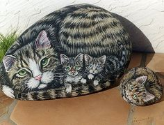 A close family of cats - stone art Painted Rock Animals, Painted Rocks Craft, Hand Painted Rocks, Painted Stones, Pebble Painting, Pebble Art, Stone Painting, Rock Painting, Stone Crafts