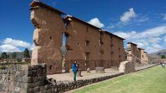 """Sitio arqueológico de Raqchi: También se le conoce como """"templo de Wiracocha"""". En este sitio nos encontraremos vestigios de terrazas exquisitamente construidas por los Incas, baños y acueductos."""