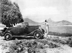 A 1934 Ford De Luxe Roadster at Milnerton - Dream car - so bonnie and clyde Old Pictures, Old Photos, Vintage Photos, Wild West Outlaws, Johannesburg City, Ford V8, Roadster, Cape Town South Africa, Bonnie N Clyde