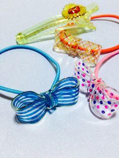 アクセサリー:プラバンでリボンのヘアゴム Diy And Crafts, Crafts For Kids, Arts And Crafts, Diy Shrink Plastic, Shrink Art, String Crafts, Shrinky Dinks, Hair Decorations, Girls Accessories
