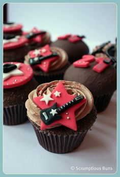 Chocolate Mud Guitars Shared by Where YoUth Rise Guitar Cupcakes, Music Cupcakes, Music Cookies, Guitar Cake, Themed Cupcakes, Fun Cupcakes, Cupcake Cakes, Music Themed Cakes, Music Themed Parties