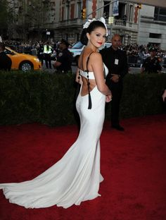 May [More] Selena attends the 'China: Through The Looking Glass' Costume Institute Benefit Gala at the Metropolitan Museum of Art in New York City [HQs] Selena Gomez White Dress, Selena Gomez Fotos, Met Gala Red Carpet, Costume Institute, Fashion Images, Cute Fashion, Women's Fashion, Vera Wang, Formal Dresses