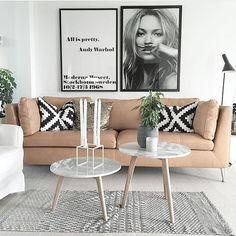"""Nydelig stue hos flinke @noeblog Liker dere printet på veggen? Vi har enda noen """"Kate Moss - Life Is A Joke"""" prints igjen til forhåndsbestilling. Det kommer i størrelse 50x70cm (på veggen her er bildet 70x100cm) Det er trykket på 250g papir eksklusivt for www.nordiskehjem.no Vær rask om du vil sikre deg ett print #nordiskehjem #interior #livingroom #inspo #onetofollow #katemossphoto #katemossmustache #katemoss"""