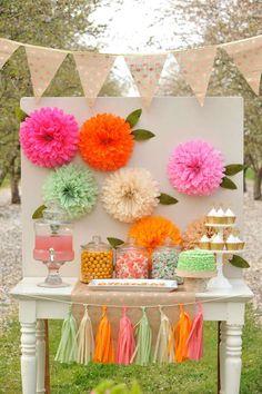 Pompones de papel seda personalziados como flores para fondo de mesa de postres…