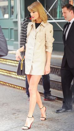 Love Taylor Swift's chic trench coat, fabulous way to transition into fall!