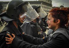 Policía y manifestante llorran juntos_ Sofia_Bulgaria